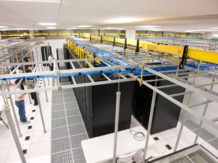 Công trường thi công sàn nâng phòng server