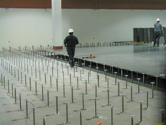 Lắp đặt chân sàn nâng cho công trình trong phòng server