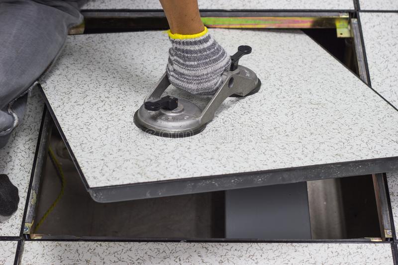 Sàn nâng dễ dàng mở lên để tiện vệ sinh, sửa sang