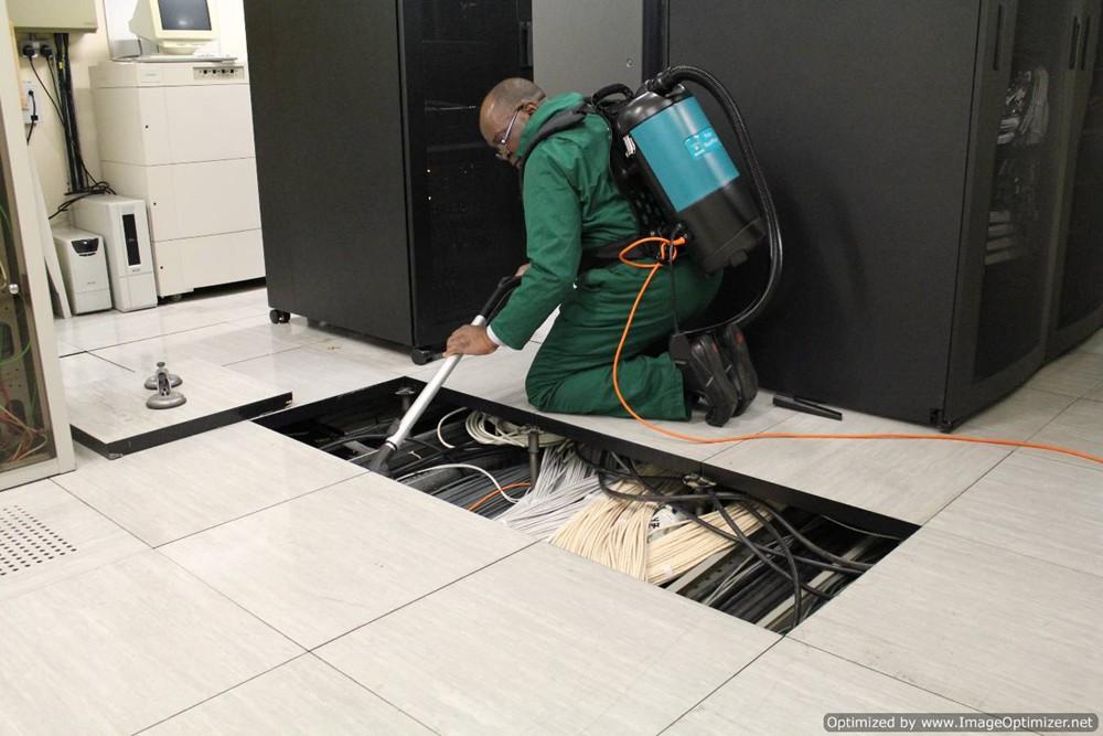 Vệ sinh sàn nâng kỹ thuật trong phòng máy chủ server